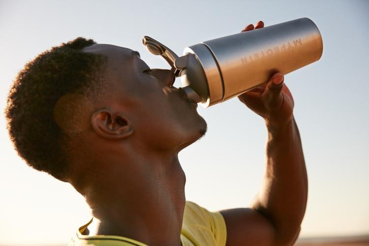 hombre bebiendo batido my protein shake